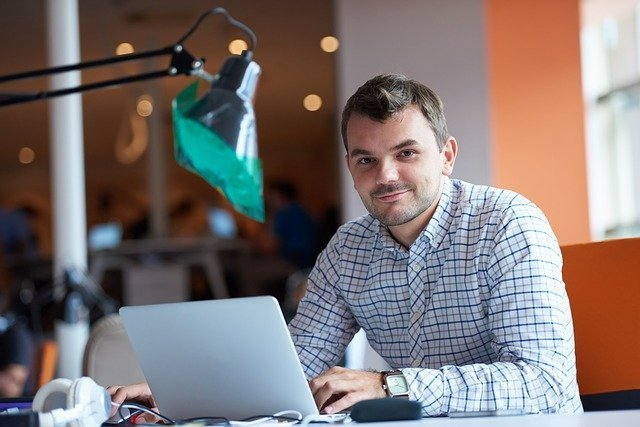 Male entrepreneur using a website to reduce risk